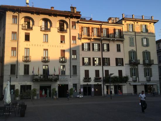 Albergo Firenze: Hotel front in Piazza Volta
