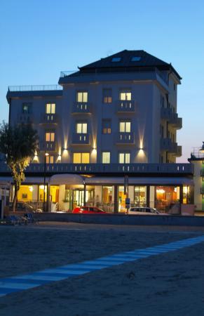 Hotel Delfino Caorle : hotel delfino frontemare, tramonto, spiaggia