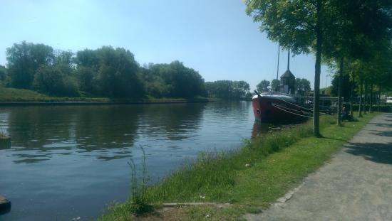 De Barge Hotel: canal by the boat