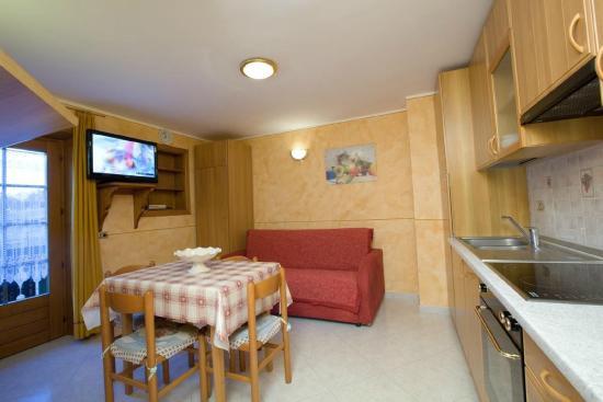 Cucina+Soggiorno con divano letto matrimoniale - Picture of ...