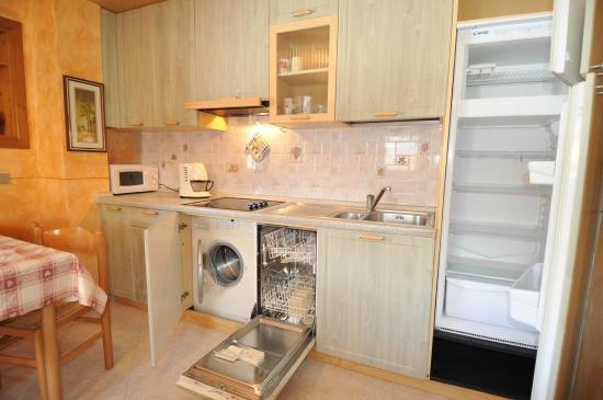 Cucina, Lavastoviglie e Lavatrice - Picture of Appartamenti Astra ...