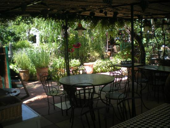 Cadre jardin picture of les grands buffets narbonne for Grand jardin wine