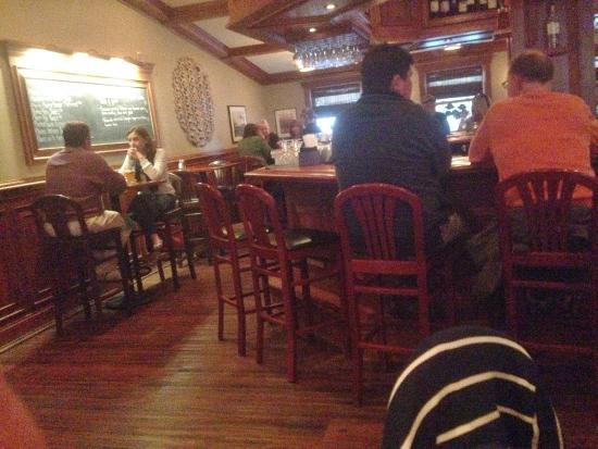 Oyster Bay Restaurant & Bar: Bar Scene