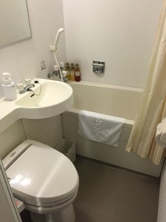 Hotel MyStays Shinurayasu: Bathroom with a small bathtub