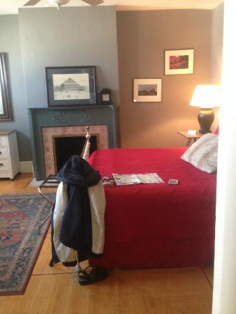 The Country Squire B&B: King Room w fireplace