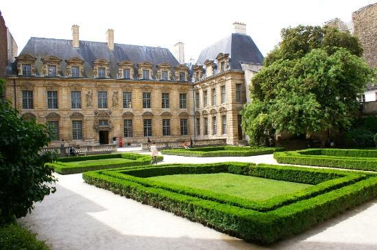 Arcades et boutiques picture of place des vosges paris for Hotel des jardins paris