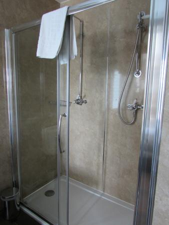 Hunston, UK: His and hers shower