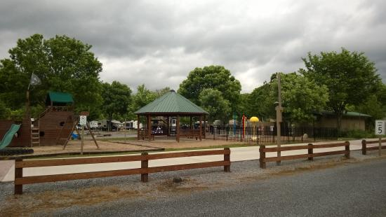 Big Meadow Family Campground: Nice playground, community fire pit and splsh park.