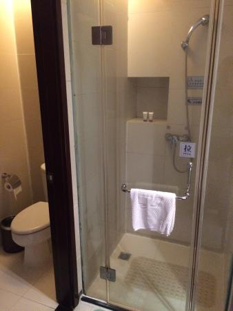Xianyou County, China: シャワールームは仕切られています。