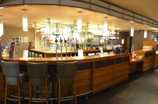 Premier Inn Inverness West Hotel: Bar with the Restuarant