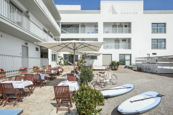 Apartamentos Marfina: Vista del patio interior con material de ocio