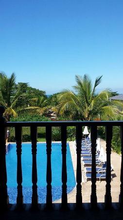 Beach Hotel Cambury: Vista do quarto em frente à piscina