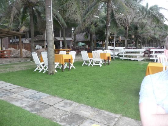 Hon Restaurant - Hoi An: Столики на улице