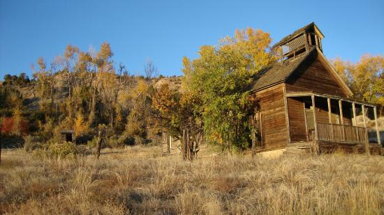 Harvey Gap State Park: old school in Peach Valley close to Reservoir