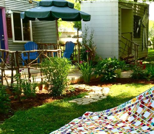Small B & B Cafe: Looking at my friend's quilt in the garden outside one of the rooms.