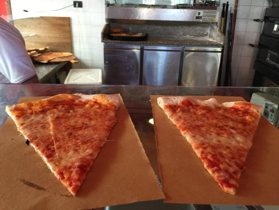 L' Angolo Della Pizza: Cheese pizza...so very yummy!
