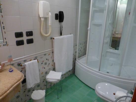 Bathroom best western firenze picture of best western for Best western bathrooms
