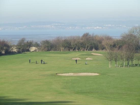 Silverknowes Golf Course: The scenic downhill 1st (365 yds).