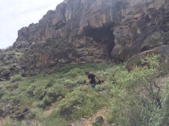 Arroyo Hondo, NM: Hiking to the hotsprings, cave in back