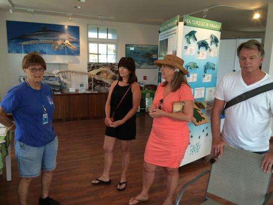 Hawaiian Islands Humpback Whale Sanctuary Visitor Center: Robin is an excellent volunteer hostess.  Ask her for a chant!