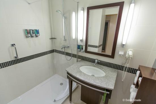 Hampton by Hilton Berlin City West: Molha todo o banheiro