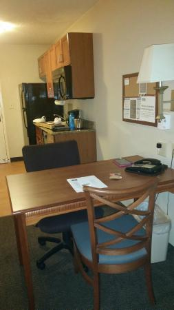 Candlewood Suites Colonial Heights: Desk/Kitchen