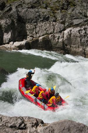 Murchison, Yeni Zelanda: Sonny and crew taking on Jet boat rapid