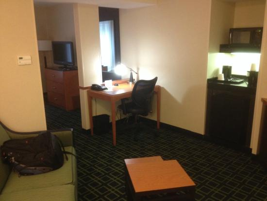 Fairfield Inn & Suites Hartford Airport: 客厅