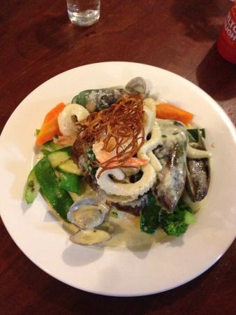 Kelly's Pub Toc - Farmers Arms Bar & Bistro: Garlic Prawns and Beef & Reef for lunch❤️ Yummy!!