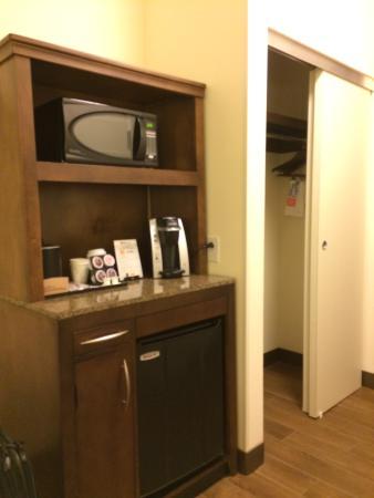 Hilton Garden Inn Charlotte Airport: Refrigerator, Coffee, Closet