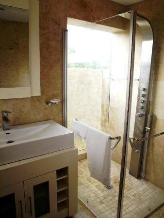 LaLuxe B&B: Ocean Glimpse Bathroom