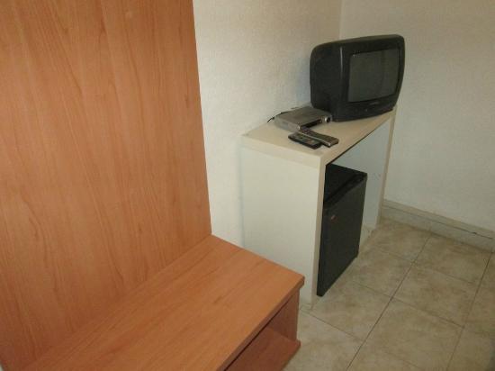 Hotel Dujany: Nice space for your suitcase near the small TV.