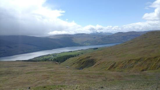 Ben Lawers Hotel: You can just see the hotel down by the loch