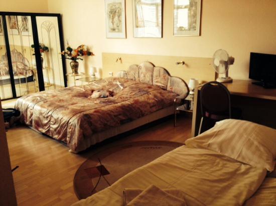 Galerie Hotel Eschweiler : Room # 5, for 4 people