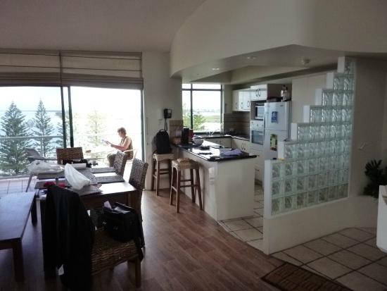 Waterview Resort: Dining table and kitchen