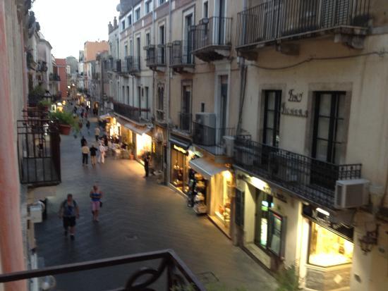 Hotel Residence Circe: Blick auf Corso Umberto am späten Abend