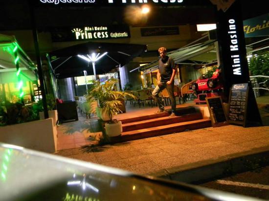 Bar Con Terraza Lounge Y Mini Kasino En Playa Jardin Puerto