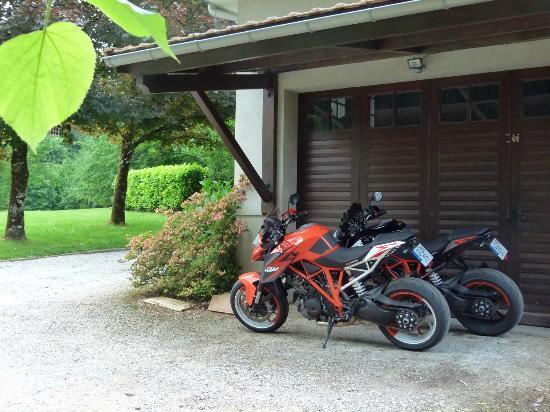 Pont-de-Larn, Francia: Parking protégé pour les motards