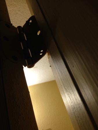Americas Best Value Inn & Suites: broken bathroom door