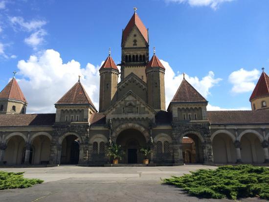Sudfriedhof: 教会のような建物