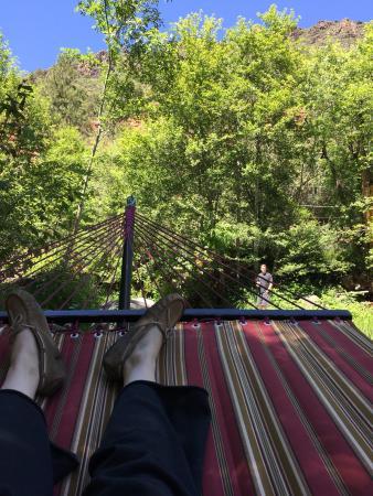 Oak Creek Terrace Resort: Relaxing at the creek