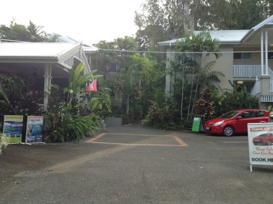 Palm Cove Tropic Apartments: entrance