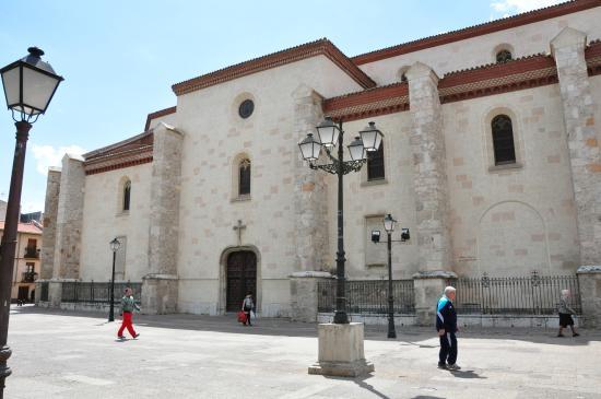 Catedral de Alcalá de Henares: Side view.