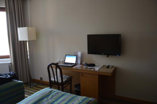 Mustafa Hotel: escritorio habitacion