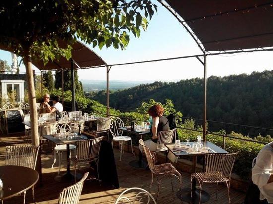Le Bistrot de Saumane: la terrasse avec superbe vue sur la vallée