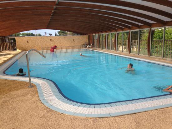 Piscine couverte photo de camping le montant sarlat la for Camping sarlat avec piscine
