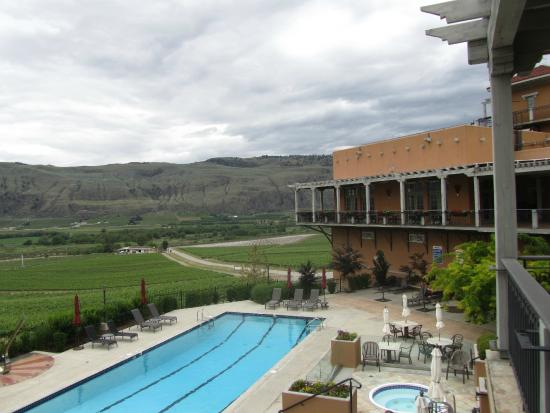 Burrowing Owl Estate Winery Guest House: Overlooking the pool