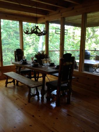 Brother's Cove Log Cabin Rentals: Dining area