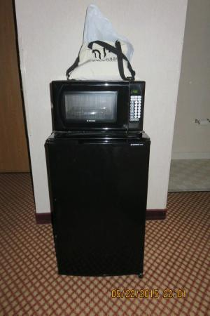 Days Inn Pittsburgh Airport: refrigerator and microwave