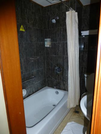 Ping An Fu Hotel : Bathroom with replaced shower head